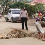 Truk Odol Rusak Jalan, Polres dan Warga Konsel Lakukan Perbaikan