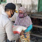 Polres Wakatobi Bagikan Beras Untuk Masyarakat Miskin