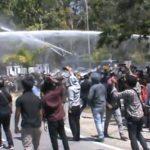 Ratusan Mahasiswa Bentrok dengan Polisi