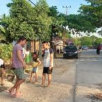 Pemuda Konetaba Gotong Royong Perbaiki Jalan