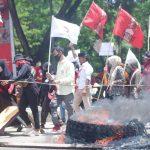 Demo Tolak UU Cipta Kerja Bentrok, Polisi Pukul Mundur Massa