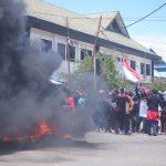 Ratusan Mahasiswa Kepung Kantor DPRD Sultra