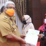 Ali Mazi Serahkan 1500 Sertifikat Tanah ke Masyarakat