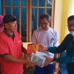 Abdul Rasak Sumbang Bola Takraw ke Warga Watu-Watu