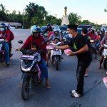 ASR Berbagi Takjil ke Ratusan Pengendara di Kendari