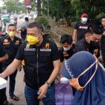 Aksan Jaya Putra Bagi Takjil ke Pengendara