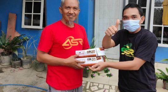 Relawan ASR Bagikan Nasi Kotak ke Warga Anawai